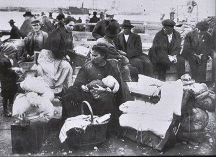 10-emigranti in attesa al porto